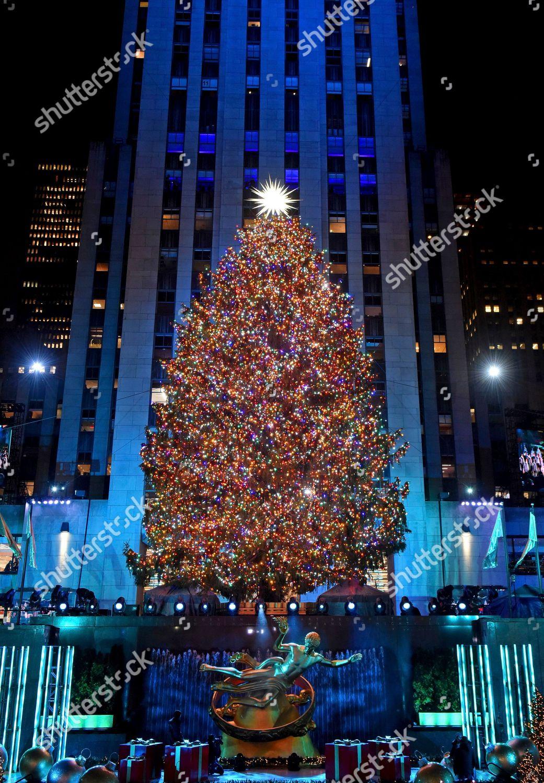 Rockefeller Center Christmas Tree stands lit New Foto editorial en stock; Imagen en stock ...