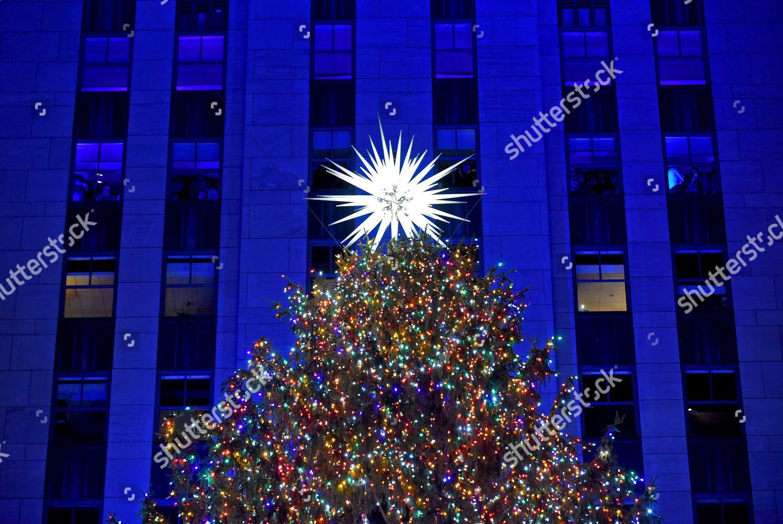 Rockefeller Center Christmas Tree stands lit New Editorial Stock ...