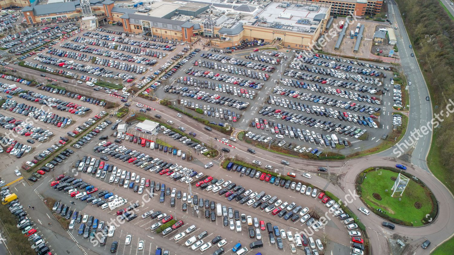 Aerial picture shows full car park Lakeside Foto editorial