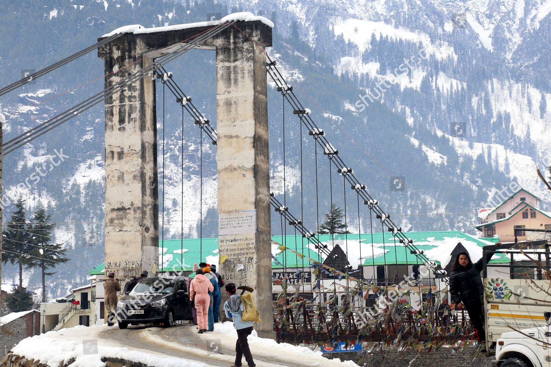 People cross bridge snow covered area Manali Editorial Stock