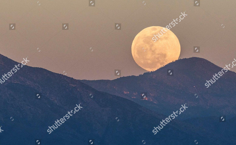 View moonrise behind Sierra Zapaliname city Saltillo Editorial Stock