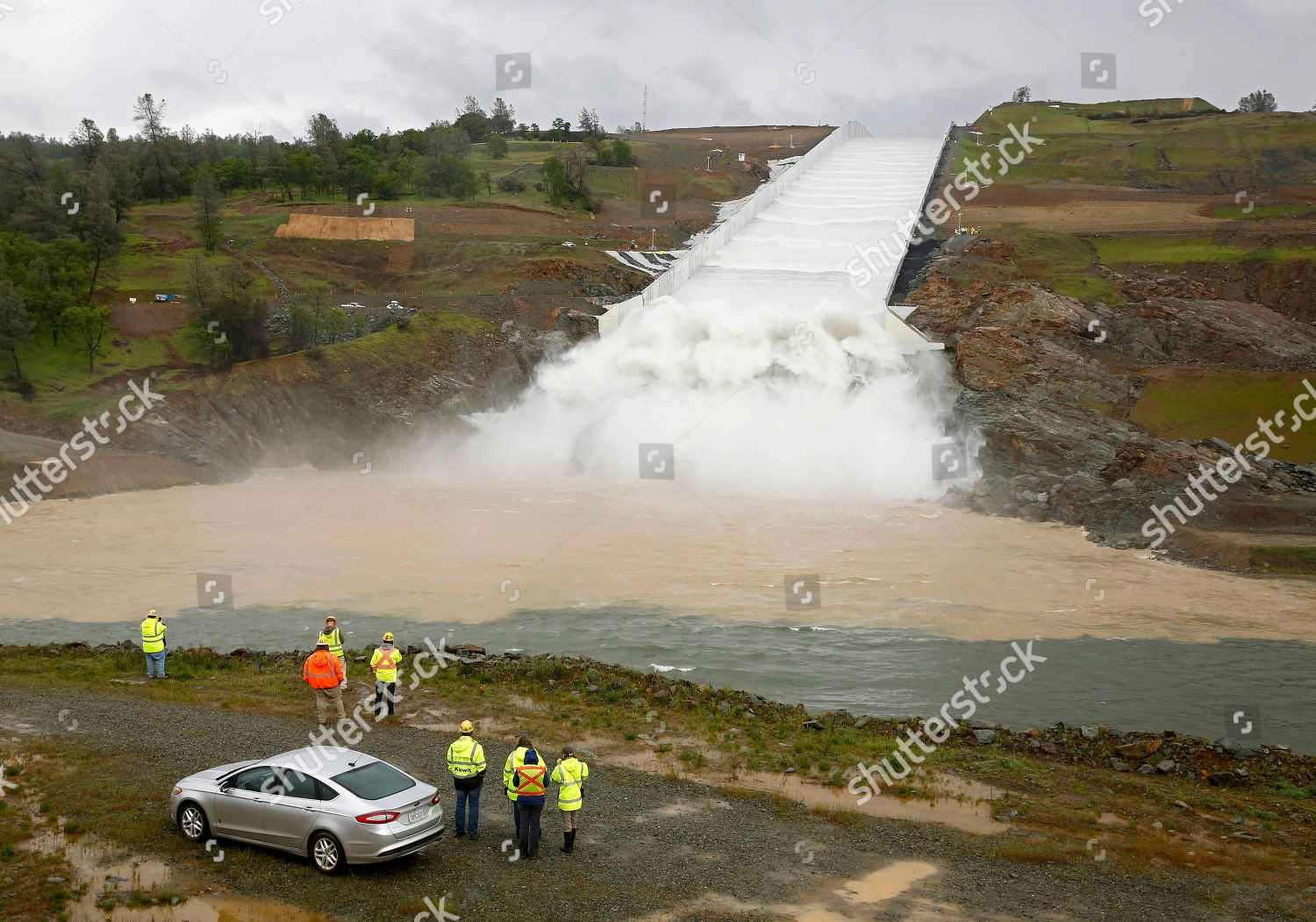 Water flows down Oroville Dam spillway Oroville Editorial Stock