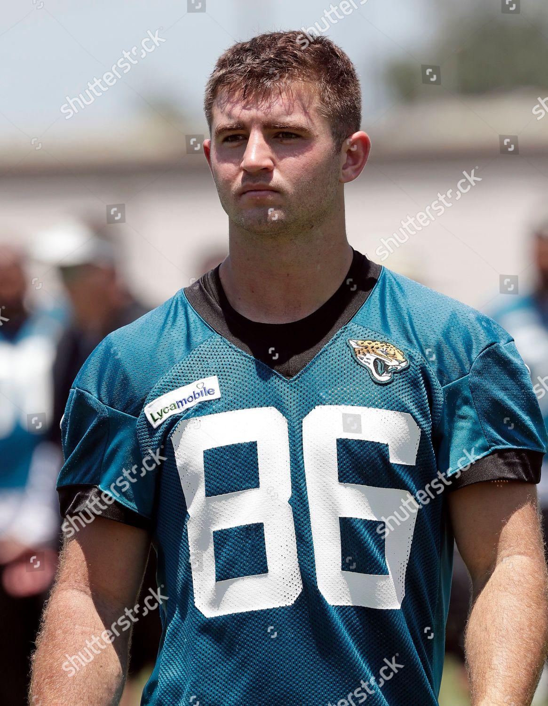 hot sale online 82146 6c24d Jacksonville Jaguars tight end Michael Colubiale leaves Foto ...