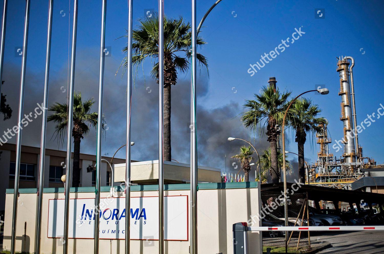 plume smoke rises during fire Indorama Ventures Foto editorial en