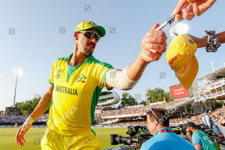 Mitchell Starc Australia signs autographs fans during Foto