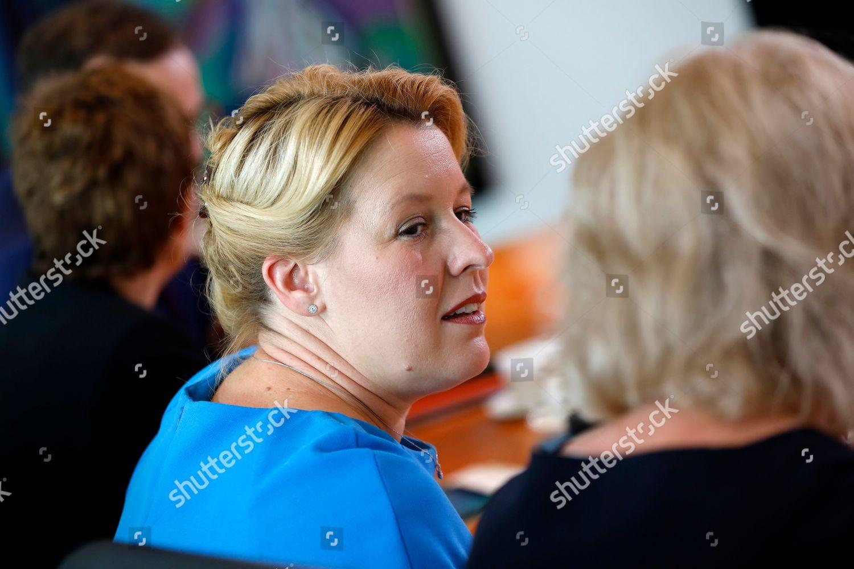 senior woman meeting 28 montreal szakmai találkozó iroda