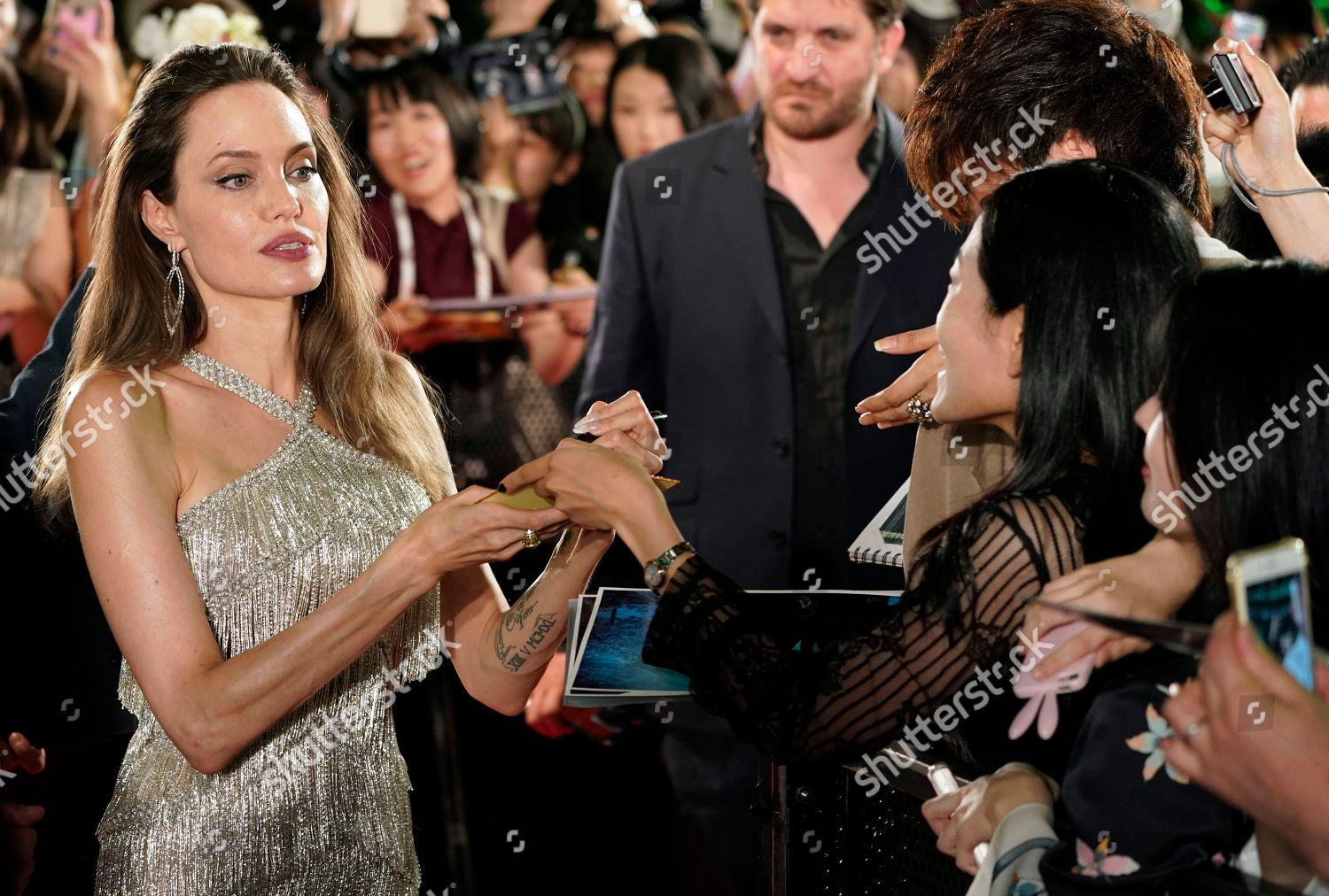 Angelina Jolie Signs Autographs Fans During Red Foto