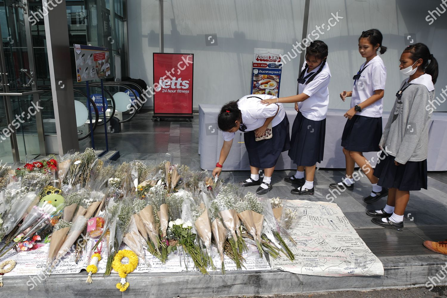 Thai Students Lay Flowers Flowers Commemorate Victims Editorial