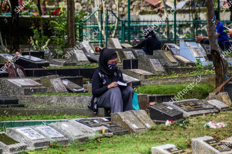 Woman Prays While Wearing Face Mask Preventive Foto Editorial En Stock Imagen En Stock Shutterstock