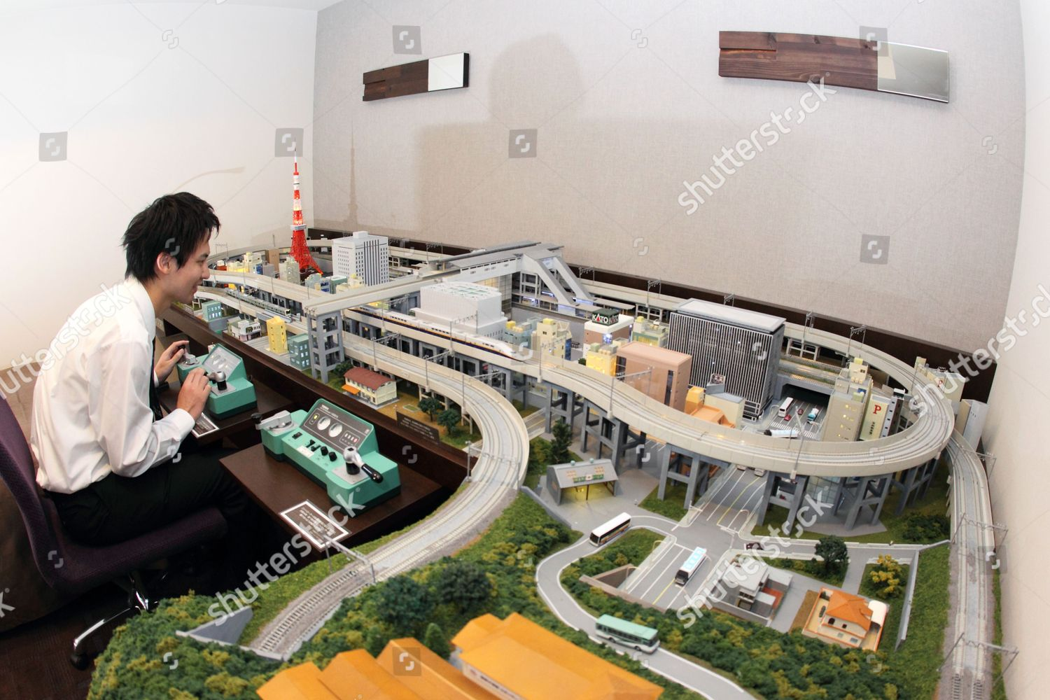 guest tries out model railway room akihabara editorial. Black Bedroom Furniture Sets. Home Design Ideas