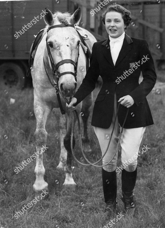 Smiling Champion Horse Rider Pat Smythe Riding Foto Editorial En Stock Imagen En Stock Shutterstock