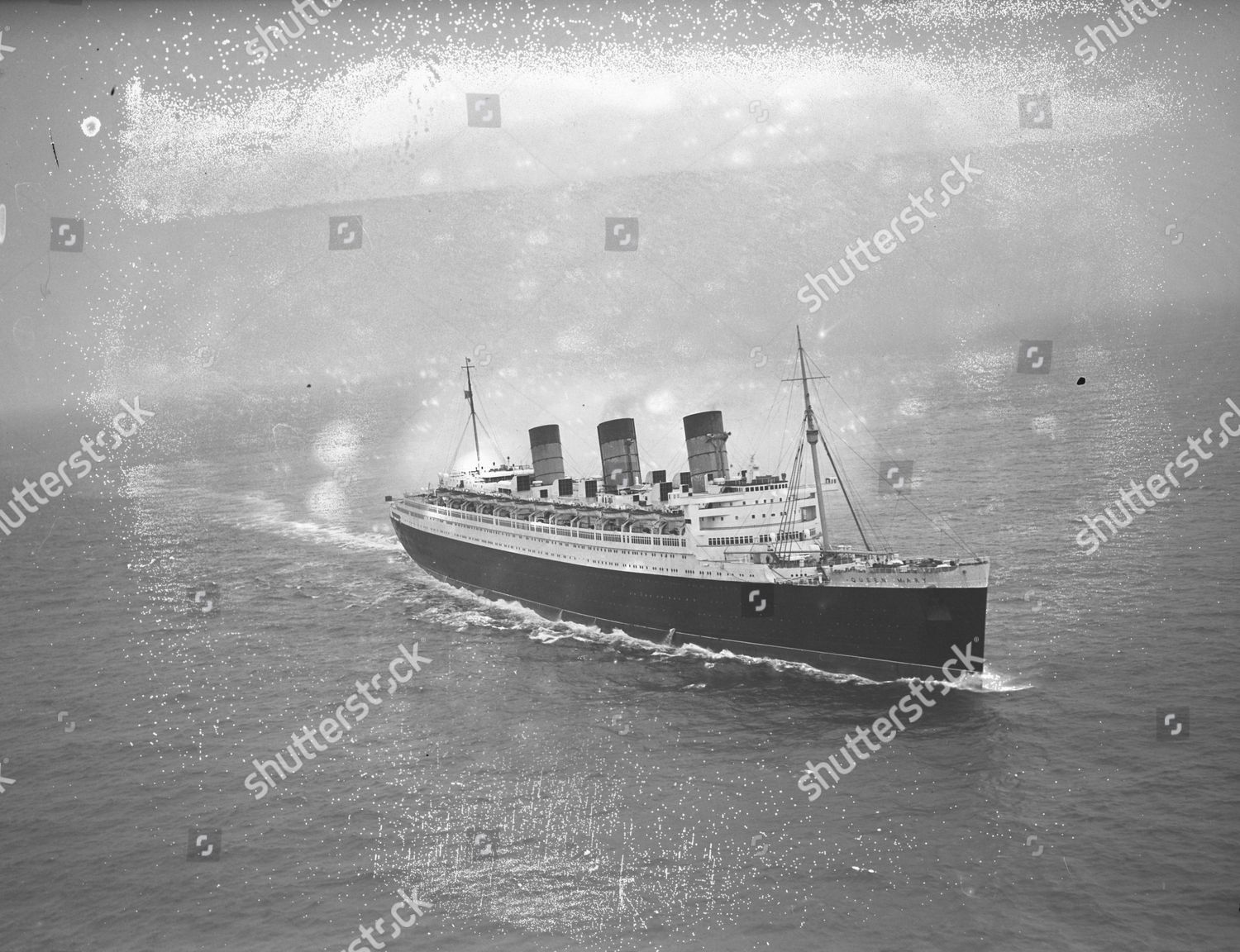 Foto de stock de The Rms Queen Mary Liner Nears Southampton Water. The Queen Mother Is On Board Returning From America. Glass Neg Rms Queen Mary Is A Retired Ocean Liner That Sailed Primarily In The North Atlantic Ocean From 1936 To 1967 For The Cunard Line (known As
