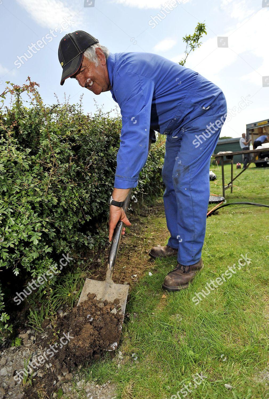 Volunteer Tony Davey Starts Dig Trench Back Editorial Stock
