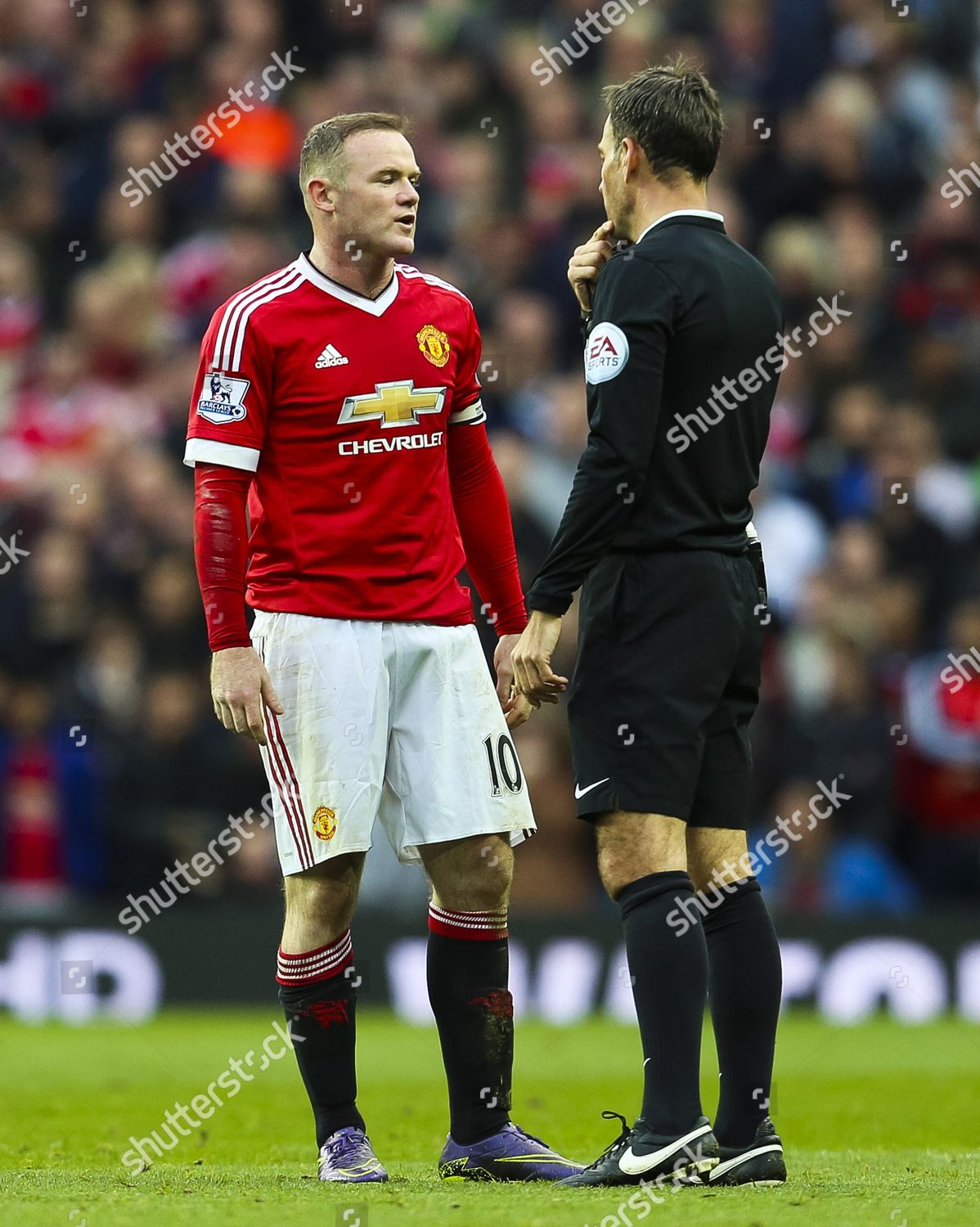 Wayne Rooney Manchester United speaks referee Mark Redaktionelles Stockfoto  – Stockbild
