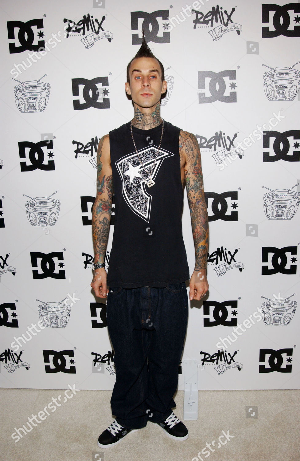 ¿Cuánto mide Travis Barker? Real height Dc-shoes-celebrate-the-new-custom-dc-shoes-remix-series-designed-by-travis-barker-hollywood-california-america-shutterstock-editorial-560383ah