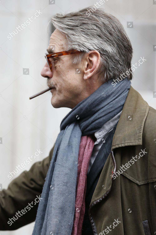 Jeremy Irons fuma una sigaretta (o erba)