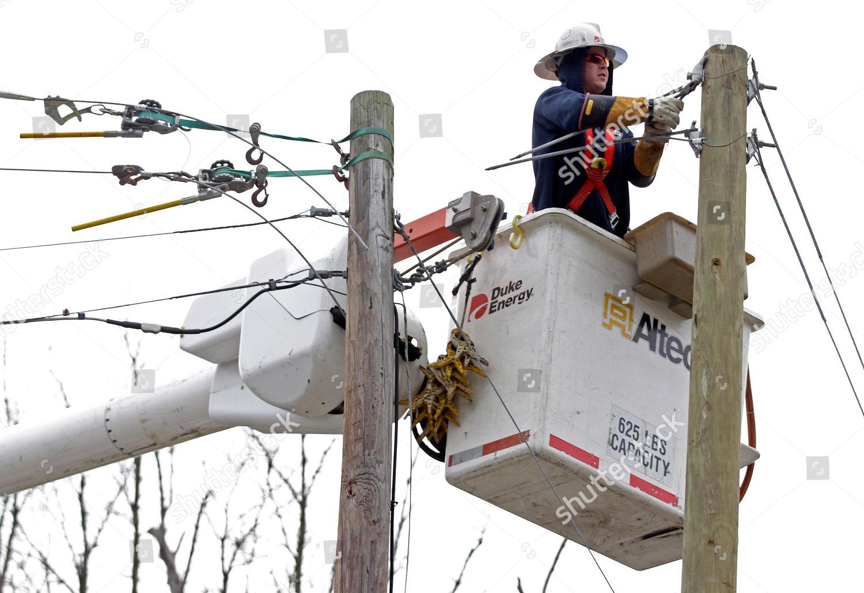 Duke Energy employee works on power lines Editorial Stock