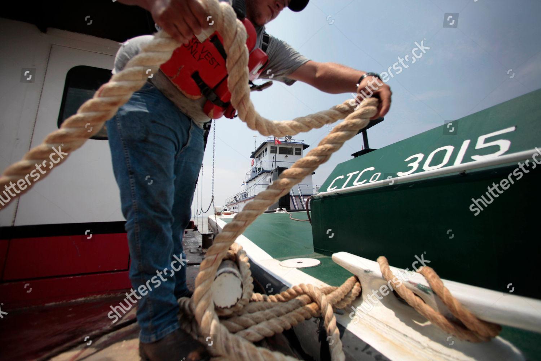 Deck hand James Box lashes barge Bettye Editorial Stock