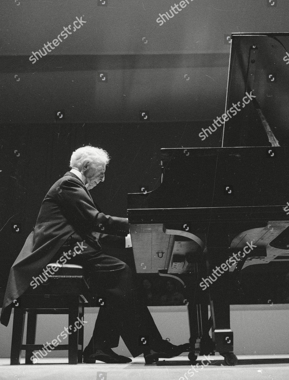 Rubinstein Pianist Arthur Rubinstein performs Carnegie Hall