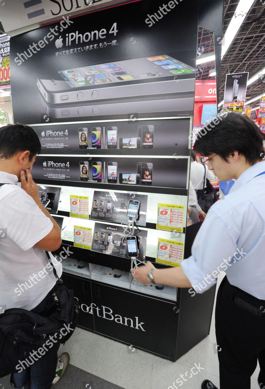 Japanese Consumers Crowd Around Latest Iphone4 Electronics