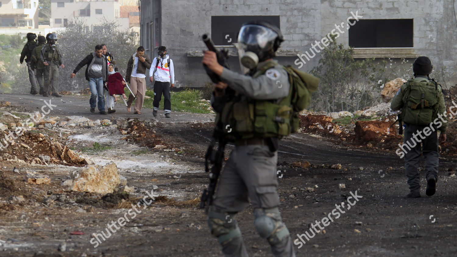 Israeli Soliders Seen Palestinians Carry Woman During