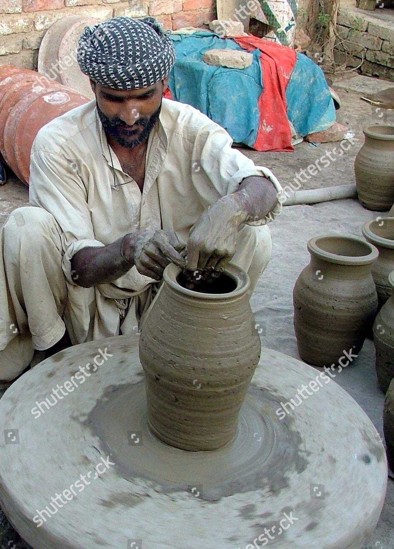 Pakistani Labourer Makes Clay Pots Hyderabad Pakistan Foto editorial