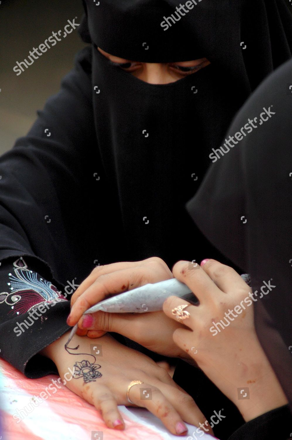 Yemeni Veiled Woman Gets Her Hand Henna Stock Photo 7864468a