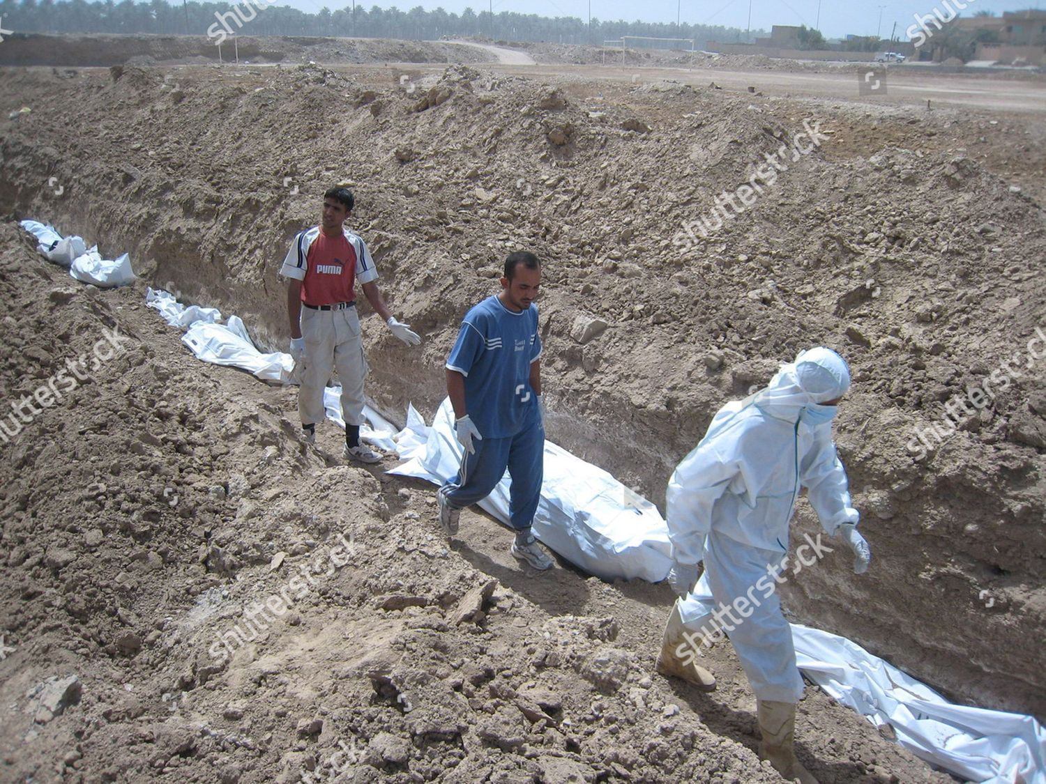 Iraqi Morgue Workers Bury Unidentified Bodies Baquba Editorial Stock