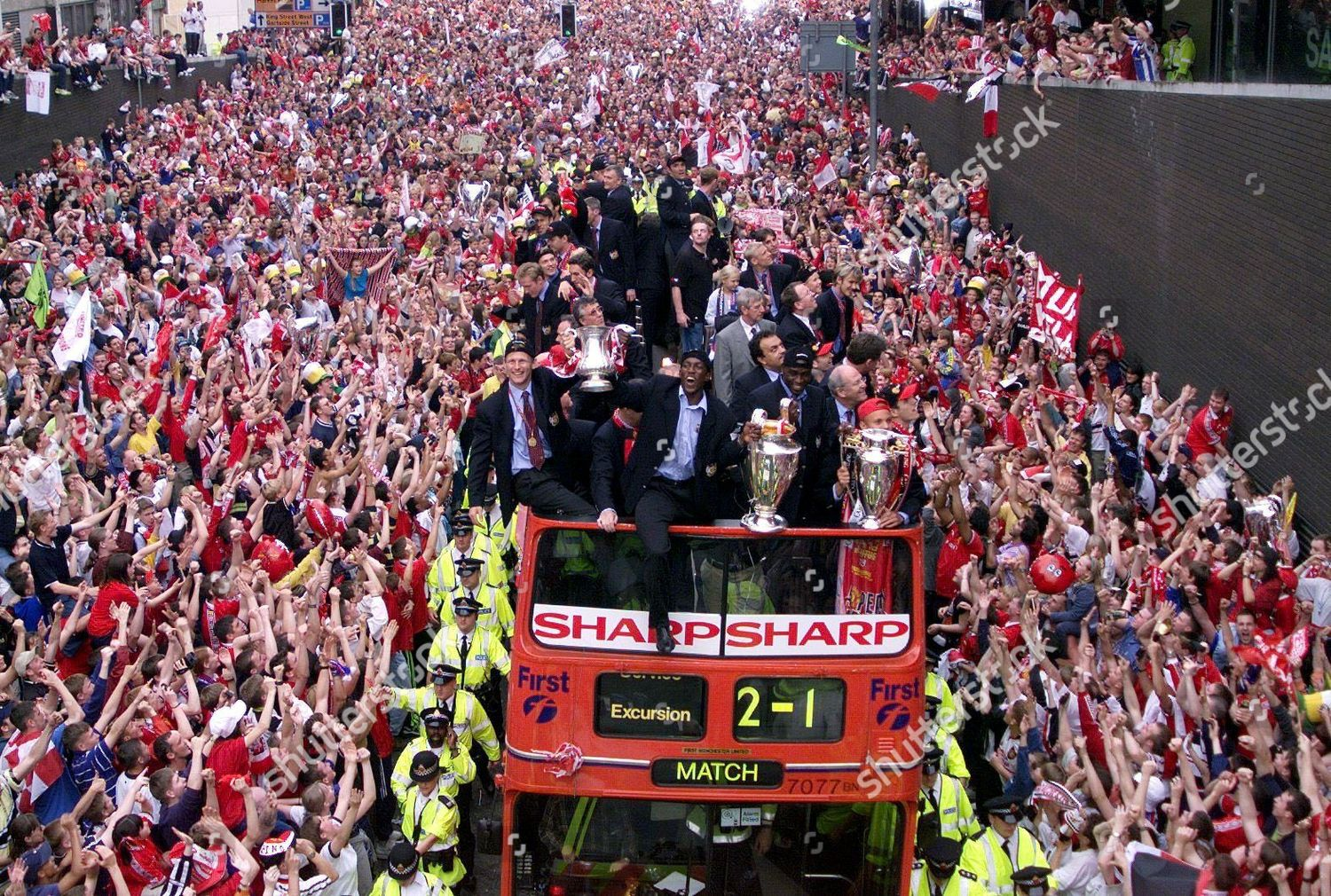 soccer-man-utd-cups-parade-may-1999-shut