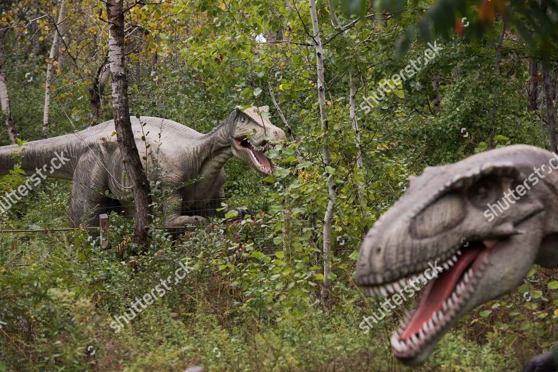 Lifesized animatronic dinosaurs seen Field Station Dinosaurs