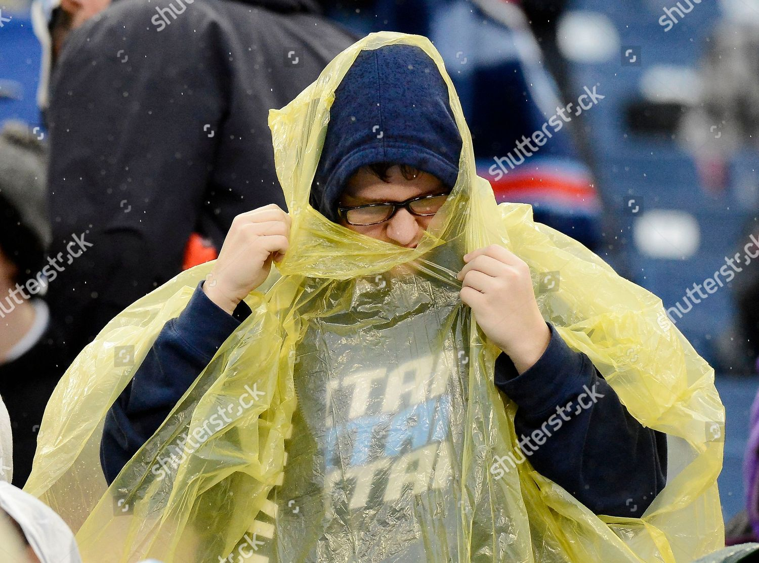 Tennessee Titans fan pulls on rain poncho Editorial Stock