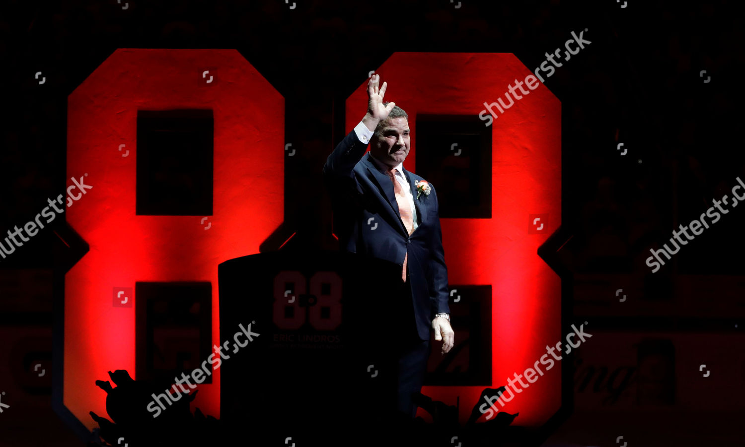 Former Philadelphia Flyers player Eric Lindros waves