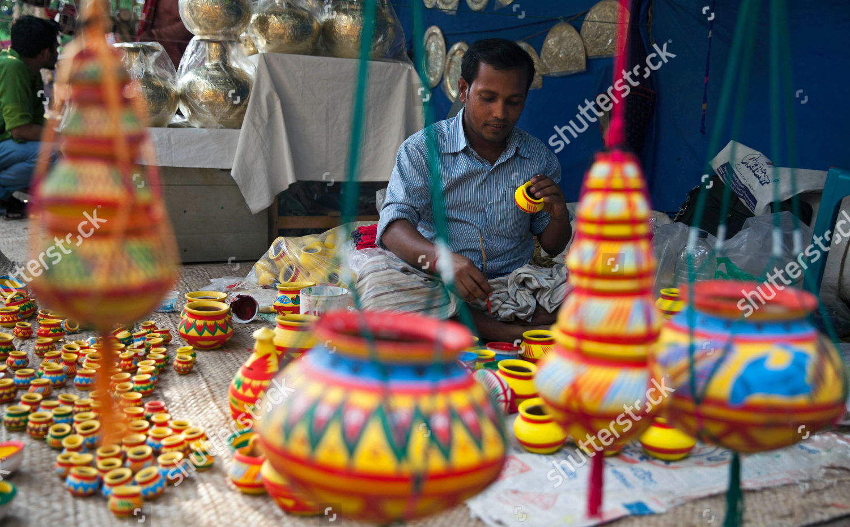 Bangladeshi folk artist sits his stall makes Editorial Stock Photo