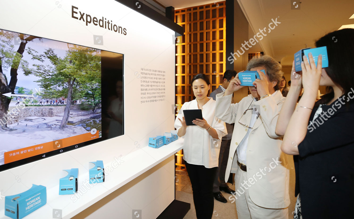 Participants experience virtual reality during ceremony mark
