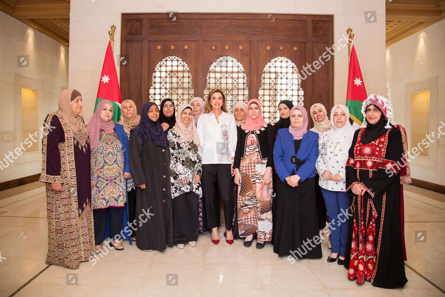 CASA REAL JORDANA - Página 11 Queen-rania-meets-with-female-artisanal-food-producers-amman-jordan-shutterstock-editorial-9855869c