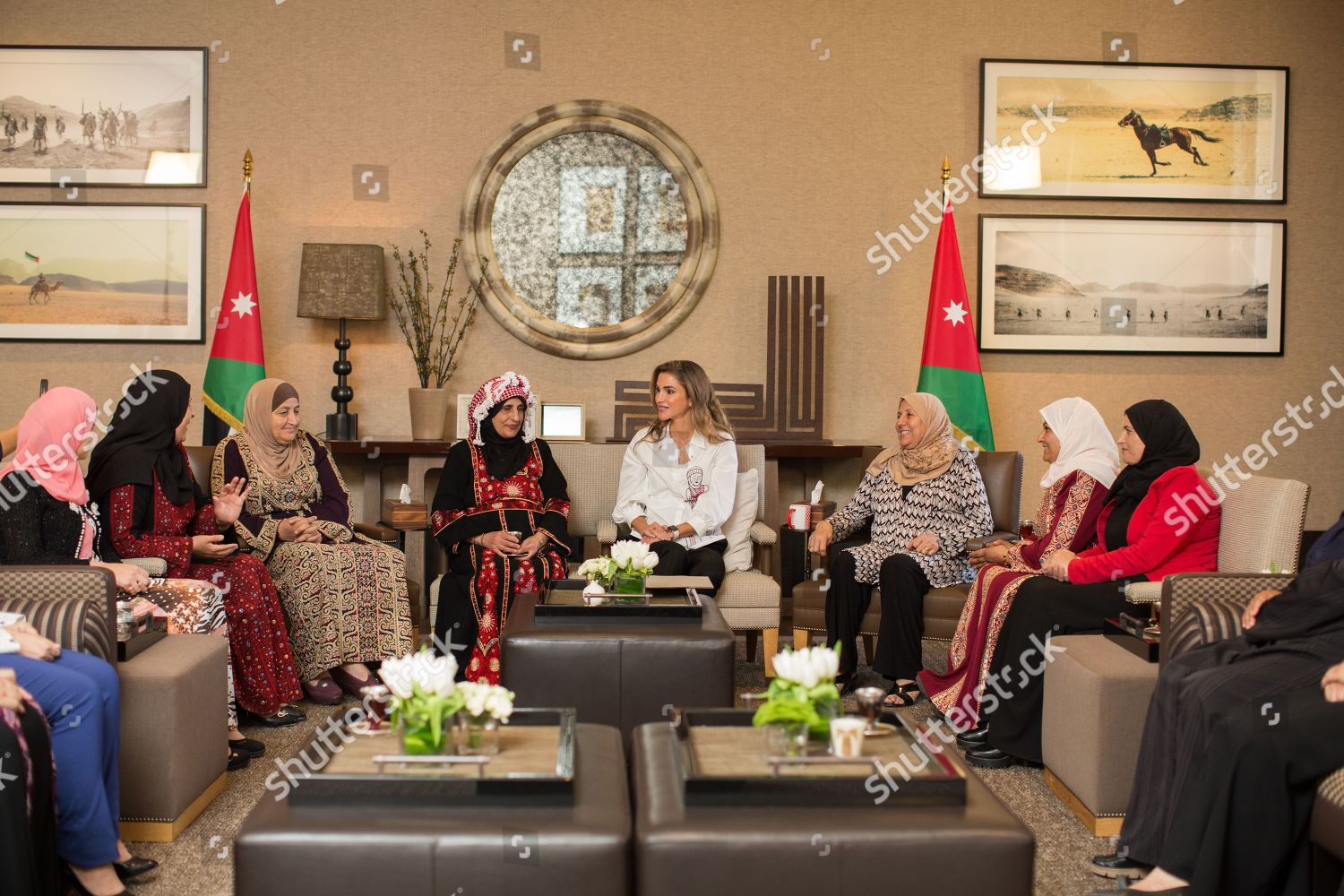 CASA REAL JORDANA - Página 11 Queen-rania-meets-with-female-artisanal-food-producers-amman-jordan-shutterstock-editorial-9855869d