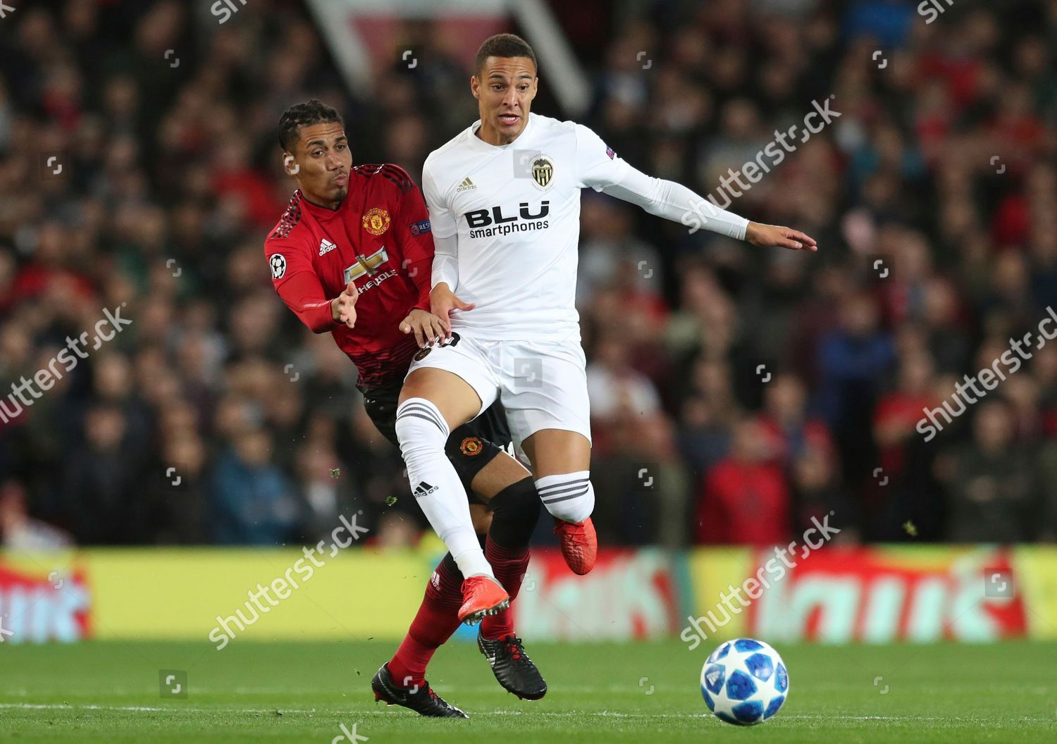 Manu Defender Chris Smalling Left Fights Ball Redaktionelles