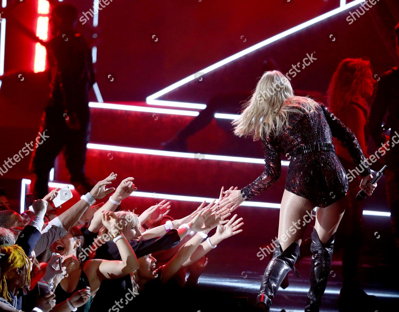 Taylor Swift Performs I Did Something Bad Redaktionelles Stockfoto