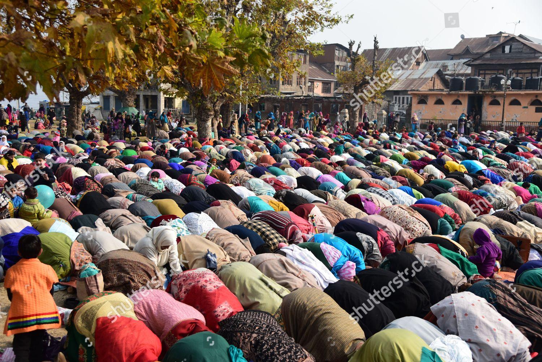 Kashmiri Muslim devotees hazratbal shrine Srinagar on