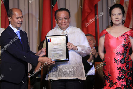 Newly appointed Philippine Supreme Court chief magistrate Lucas Bersamin (C) receives the Gusi Peace Prize award during awarding ceremony in Manila, Phlippines, 28 November 2018 (issued on 29 November 2018). The Gusi Peace Prize recognizes individuals and organizations who have contributed to global peace and progress through a wide variety of fields.