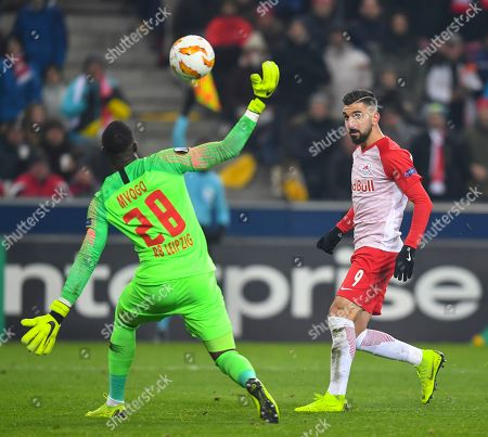 Salzburg's Moanes Dabour (R) and Leipzig's goalkeeper Yvon Mvogo (L) in action during the UEFA Europa League Group B soccer match between FC Salzburg and RB Leipzig in Salzburg, Austria, 29 November 2018.