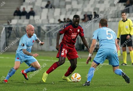 Bordeaux's Youssouf Sabaly, center, dribbles Slavia's Miroslav Stoch, left, and Slavia's Vladimir Coufal during the Europa League group C soccer match between Bordeaux and Slavia Praha played in Bordeaux, southwestern France