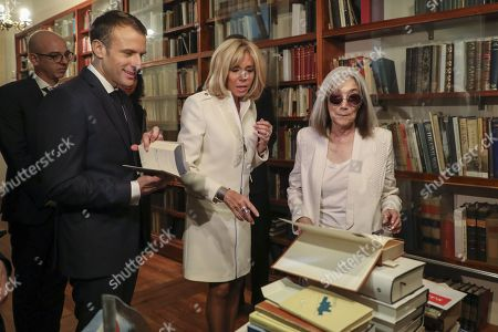 French President Emmanuel Macron (L) and First Lady Brigitte Trogneux speak with the widow of the late Argentine writer Jorge Luis Borges, Maria Kodama (R) during a visit to the Jorge Luis Borges international foundation in Buenos Aires