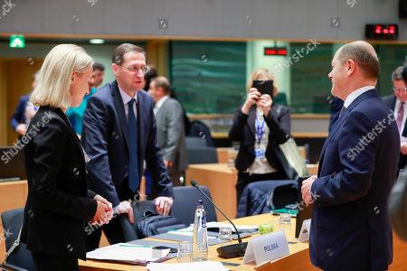 Polish Finance Minister Teresa Czerwinska (L) and German Minister of Finance Olaf Scholz (R) attend an extended EU Eurogroup meeting at the European Council in Brussels, Belgium, 3 December 2018.