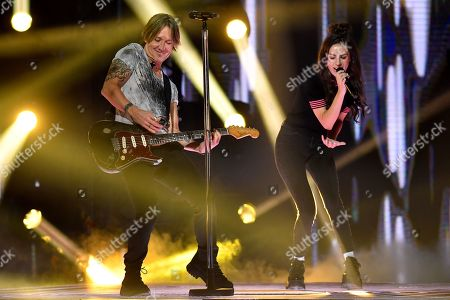 Keith Urban (L) and Amy Shark (R) perform on stage during the 32nd ARIA Awards at The Star in Sydney, New South Wales, Australia, 28 November 2018.