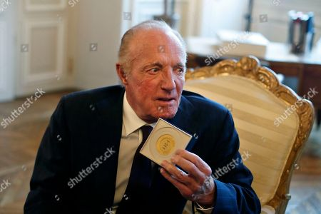 U.S actor James Caan poses after being awarded with the Vermeil Paris medal, at the Paris city Hall, in Paris