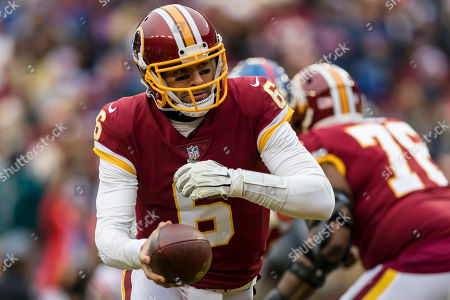 Washington Redskins quarterback Mark Sanchez (6) looks to hand the ball off during the first half of the NFL game between the New York Giants and the Washington Redskins at FedExField in Landover, Maryland