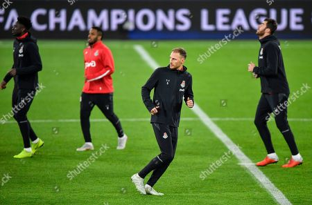 Moscow defender Benedikt Hoewedes, center right, and Moscow midfielder Jefferson Farfan, center left, exercise during a training session prior the Champions League group D soccer match between FC Schalke 04 and Lokomotiv Moscow in Gelsenkirchen, Germany