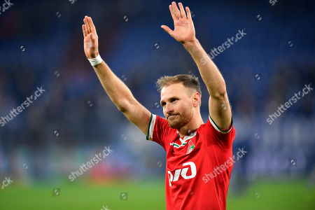 Moscow's Benedikt Hoewedes waves to supporters after the Champions League group D soccer match between FC Schalke 04 and Lokomotiv Moscow in Gelsenkirchen, Germany