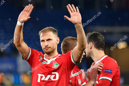 Former Schalke player Benedikt Hoewedes waves to supporters prior to the Champions League group D soccer match between FC Schalke 04 and Lokomotiv Moscow in Gelsenkirchen, Germany